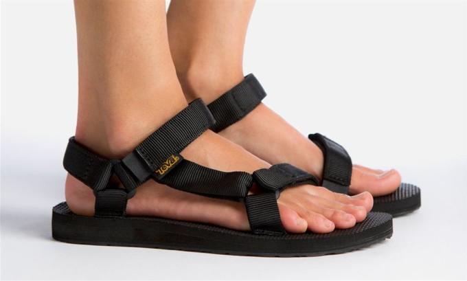 Противопоказана узкая обувь на высоком каблуке, не рекомендуют обувь на плоской подошве: балетки, шлепанцы