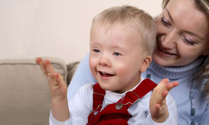 Обычно дети с такой патологией рождаются очень маленького роста и с небольшим весом, а также с признаками торможения в развитии