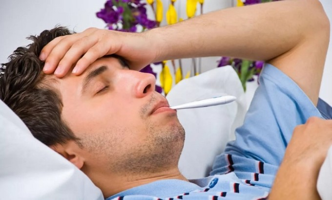 Практически сразу же после перехода заболевания в активную фазу пациента начинают мучить высокая температура и лихорадка