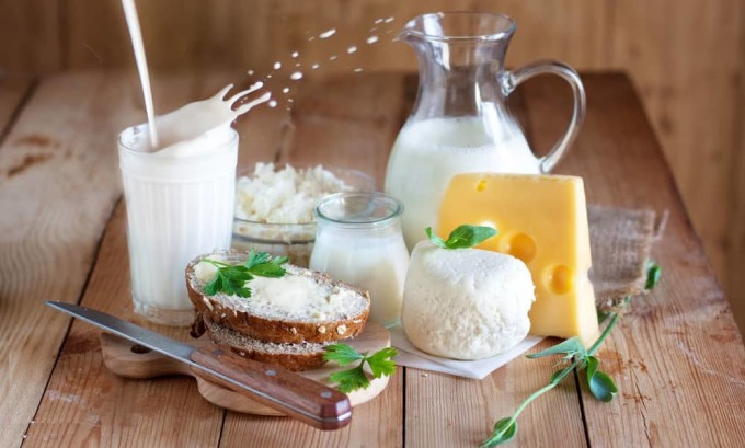 Если вы любитель молочной продукции, то предпочтительней будет употребление обезжиренного кефира, творожных изделий и йогурта