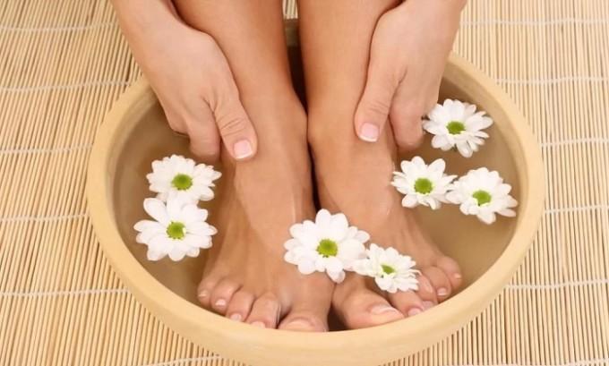 При этом заболевании запрещено парить ножки, однако разрешены теплые ванны, которые дают возможность ногам расслабиться