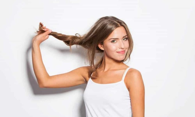 Творог содержит кальций, который отвечает за здоровье ногтей и волос
