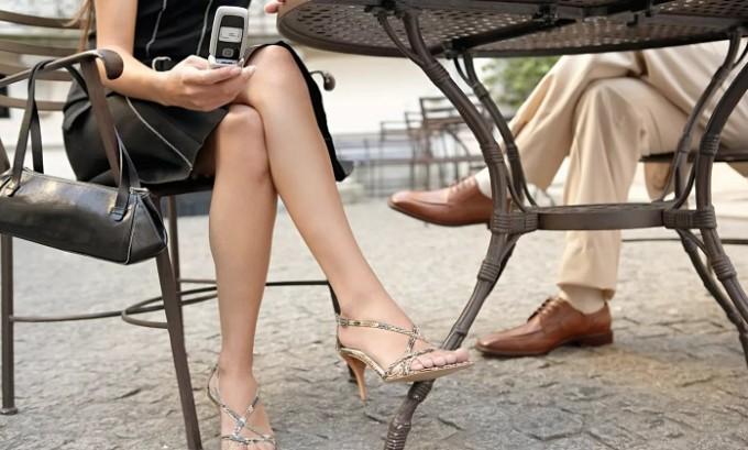Ни в коем случае нельзя долгое время сидеть в положении «нога на ногу», так как такая позиция способствует ухудшению оттока крови и опять же провоцирует варикозное расширение вен