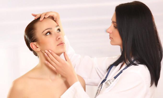 Если же герпес на лице протекает сложно, с повышением температуры, тошнотой или головокружением, то следует обратиться к врачу