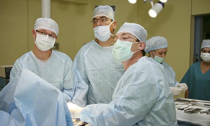 При хирургическом вмешательстве удаляется вся щитовидная железа