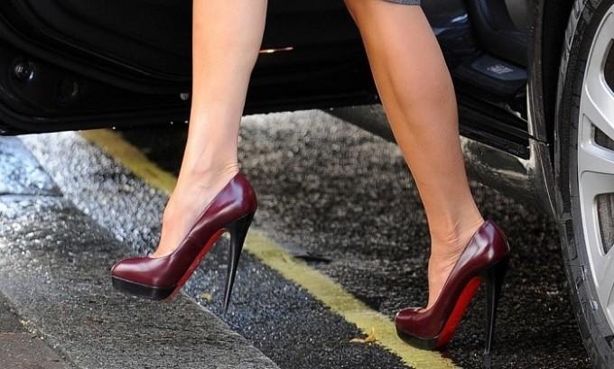 Развитие недуга вызывает ношение обуви на высоких каблуках на протяжении длительного времени