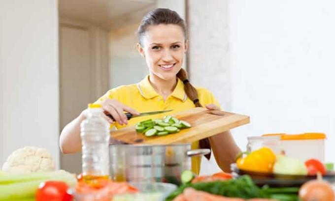 Заболевания печени и желез внутренней секреции, равно как и неправильное питание, способны спровоцировать липоматоз, непременной составляющей борьбы с которым является строгая диета и здоровый образ жизни