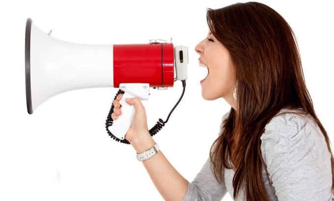 Одним из симптомов рака щитовидной железы является охрипший голос