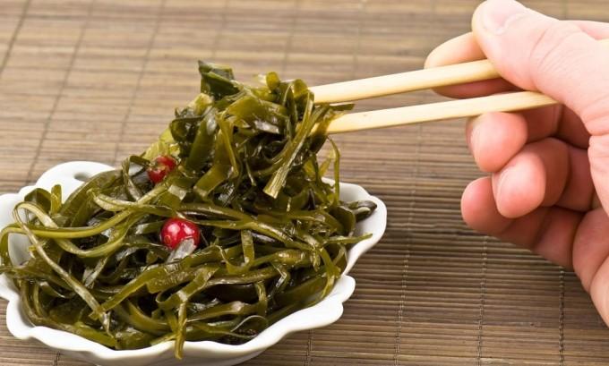 При гипотиреозе рекомендуется употреблять морскую капусту, в которой содержится йод