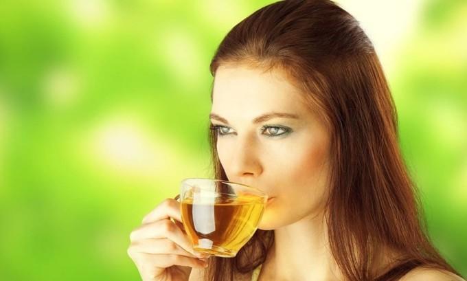 При цистите необходимо пить как можно больше жидкости для вымывания из мочевого пузыря патогенных микроорганизмов