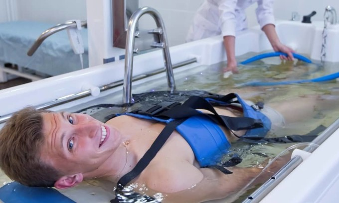 Подводное вытяжение осуществляется путем помещения больного в специальную емкость и фиксирования суставов