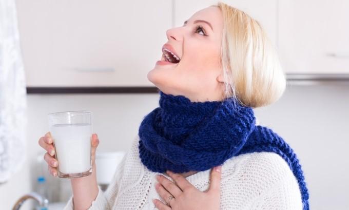 Для облегчение симптомов следует полоскать горло ромашкой, которая обладает антисептическим свойством