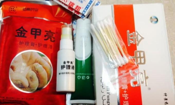 Китайская мазь в своем составе содержит салициловую кислоту, дексаметазон, цинка ундециленат и другие компоненты, которые хорошо справляются с патогенными грибковыми возбудителями