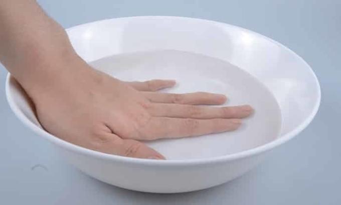 Для того что бы эффективно лечить заражённую конечность, то есть все ногти на пальцах, и предотвращать распространение инфекции, специалисты рекомендуют выполнять лечебные ванночки с перекисью водорода
