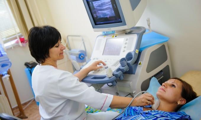 УЗИ поможет точно установить форму и тип опухоли, обнаружит внутренние фолликулы, полости и узлы