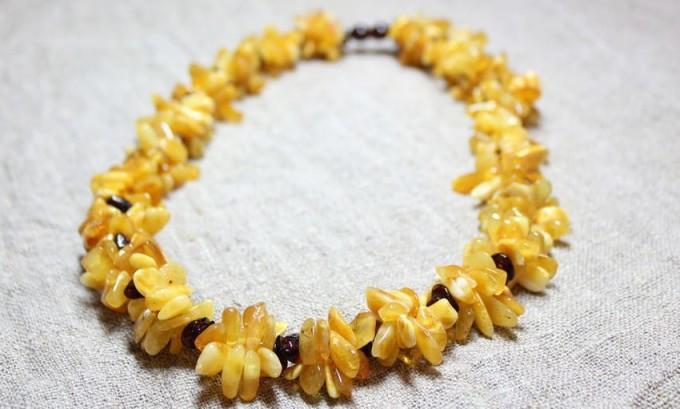 Народные целители рекомендуют носить на шее ожерелье из необработанного янтаря. Считается, что этот камень, точнее, янтарная кислота, содержащаяся в нем, оказывает положительное действие на щитовидную железу