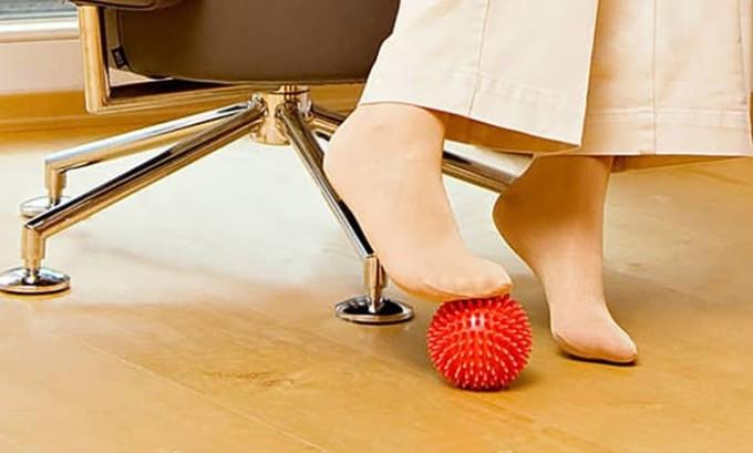 Полезно в качестве профилактики поочерёдное перекатывание мяча ступнёй (вначале левой, потом правой ногой или наоборот)