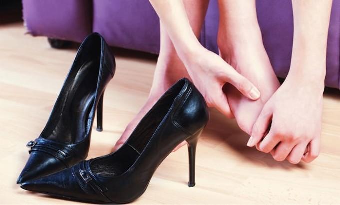 Зачастую патология проявляется как боль при ношении обуви на каблуках