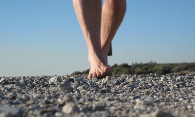 Прогулки по рельефной поверхности является профилактикой плоскостопии