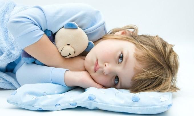 В первые дни болезни ребенку необходимо обеспечить покой и сон