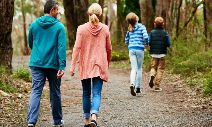 При сидячей работе рекомендуется чаще подниматься на ноги и ходить пешком, чтобы кровь активнее распределялась по венам
