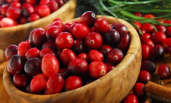 Вместе с пшеном можно заваривать и клюкву. Эта ягода будет превосходно сочетаться с пшеничной кашей, такое убойное сочетание поможет ускорить процесс вывода токсинов из организма