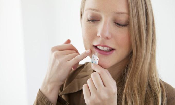 Мероприятия по устранению вируса необходимо проводить сразу после появления первого признака болезни — зуда, на этом этапе необходимо использовать противовирусный крем или мазь