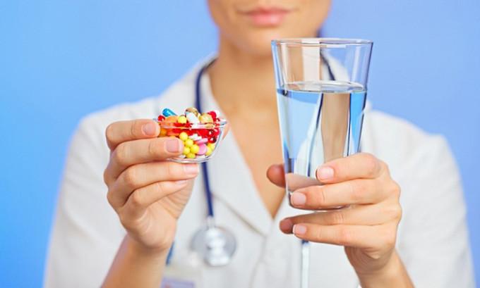 Некоторым пациентам назначается курс приема антибиотиков