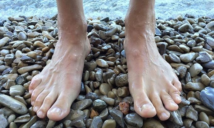 Грибковые возбудители обитают не только в закрытых помещениях, но и на открытых пространствах. Поэтому, заразиться грибком ног можно и на пляже