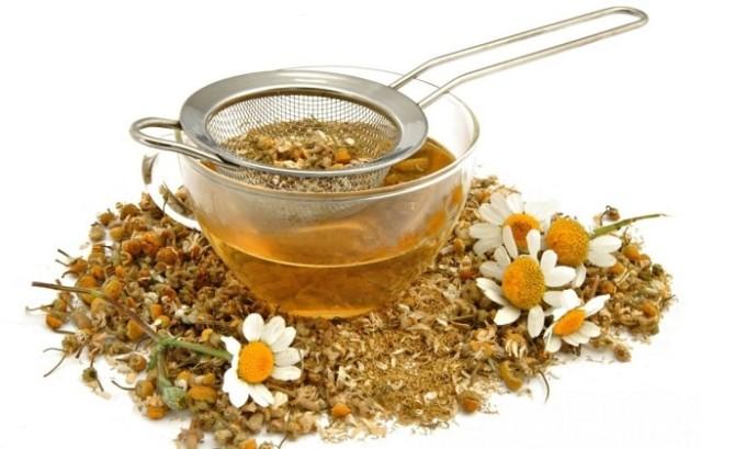Согревающие ванны можно принимать с отваром ромашки. Как известно, растение обладает очень сильными противовоспалительными и антиоксидантными свойствами.