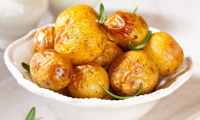 При йододефиците необходимо включить в рацион печеный картофель, который богат йодом
