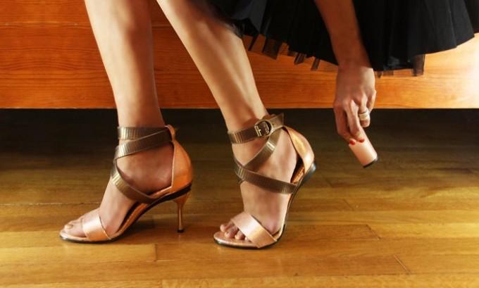 Нужно носить удобную обувь. Каблук не должен быть выше 5 см