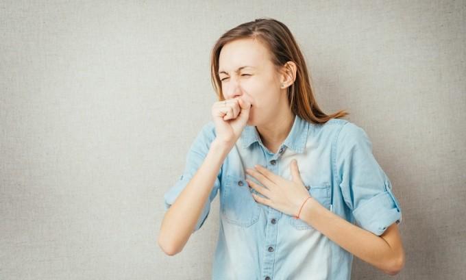 При наличии зоба щитовидной железы больного мучает сильный кашель