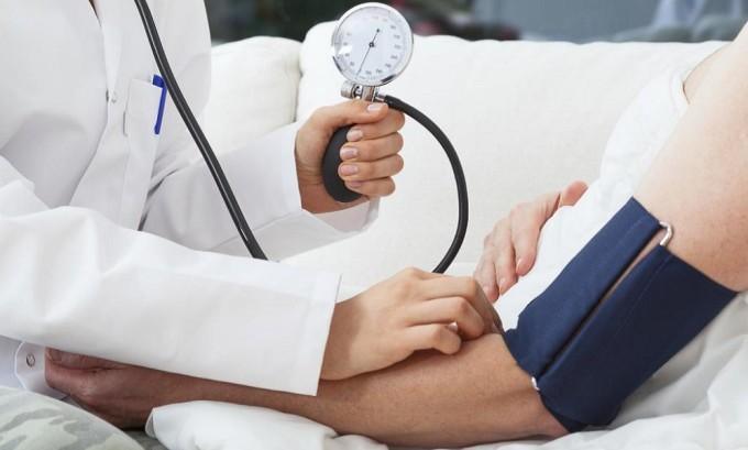 Проводится подготовительная терапия, сопровождающаяся измерением давления
