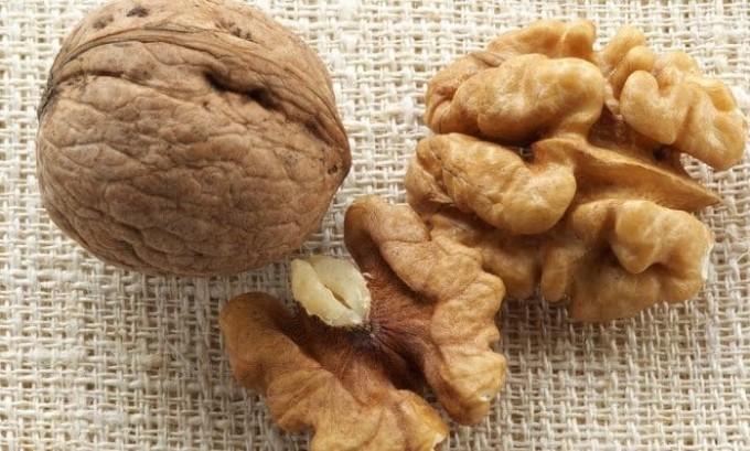 Прием грецких орехов нормализует деятельность щитовидной железы, так как в них содержится много йода