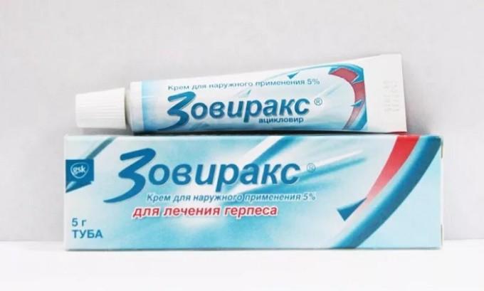 При решении проблемы того, как быстро вылечить герпес на губах, можно использовать и аналоги Ацикловера - Зовиракс