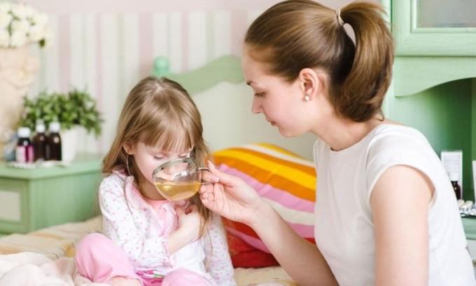 В момент повышенной температуры ребенку следует обеспечить регулярное обильное теплоё питьё в виде компота, морса или чая