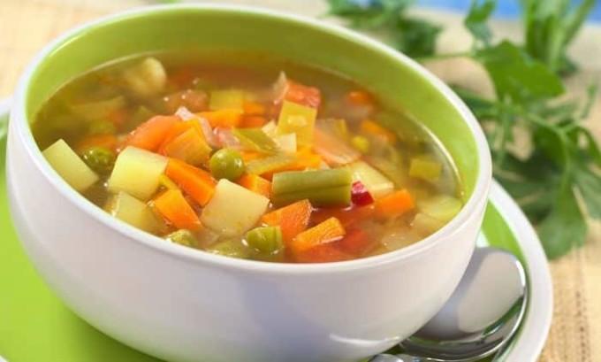 В первый день диеты на обед можно приготовить легкий овощной суп