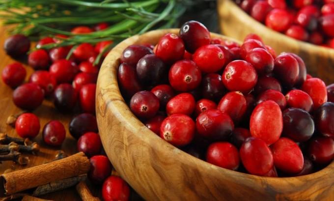 Имеющийся в ягодах клюквы йод участвует в выработке гормона тироксина, который предупреждает появление зоба
