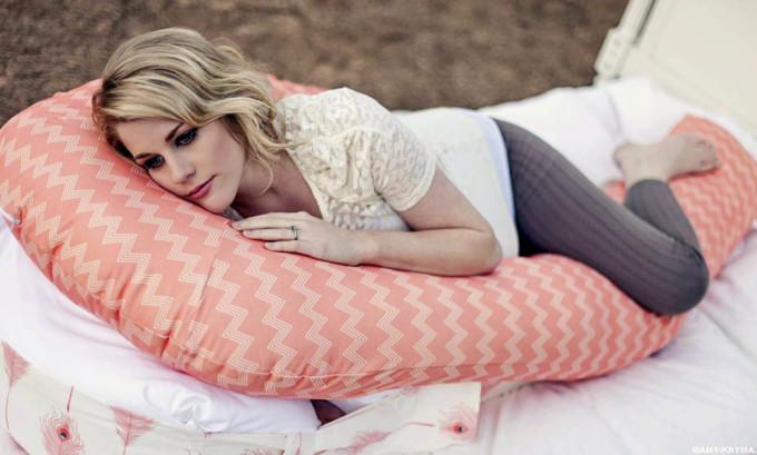 Имеет большое значение в какой позе спит беременная женщина, рекомендуется спать на боку, подогнув под себя ногу