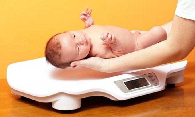 Если у младенца гипотиреоз, то его вес может быть значительно превышен
