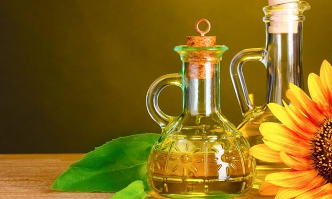 Подсолнечное масло следует вычеркнуть из рациона больного панкреатитом, так как оно считается весьма опасным при данном заболевании