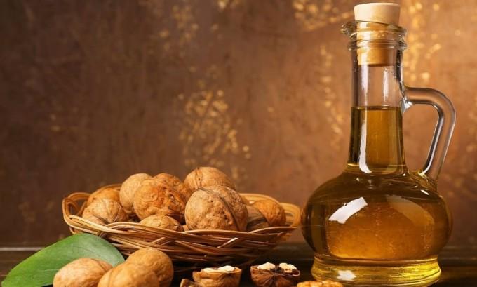 Отличное средство, которым народные знахари рекомендуют лечить щитовидную железу, это настойка из перегородок грецких орехов