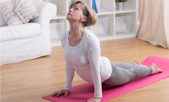 После наложения бинта человеку необходимо размяться, большую нагрузку выполнять не надо, достаточно делать самый простой комплекс утренней гимнастики 10-15 минут