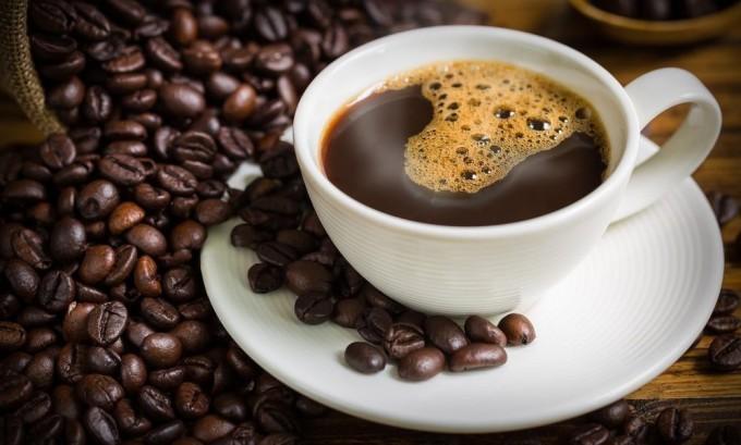 Пить кофе не следует, кофеин способствует сужению сосудов
