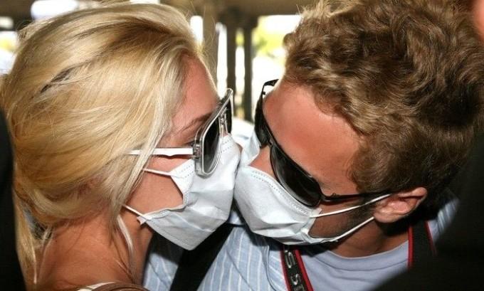 Категорически запрещено целовать инфицированного человека
