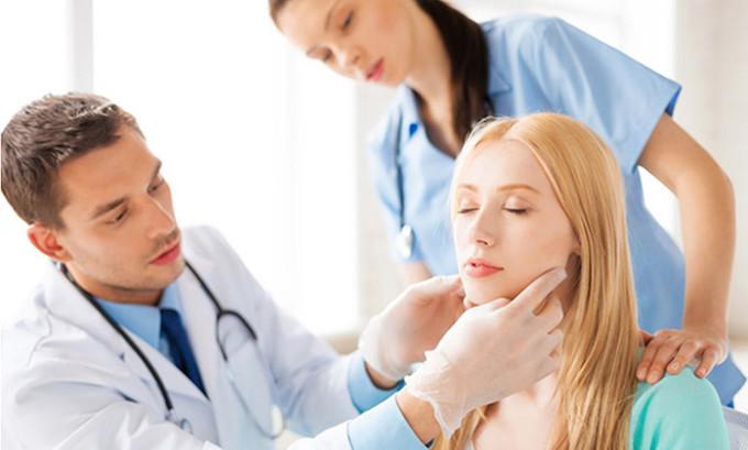 Диагностика подострого тиреоидита де Кервена включает в себя сбор анамнеза жизни и анамнеза настоящего заболевания, осмотр передней поверхности шеи и физикальное обследование (пальпацию)