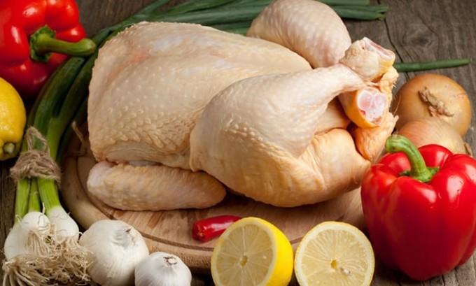 Если в меню пациента вносится мясо, то оно должно быть, как правило, с низким содержанием жиров. Полностью исключаются из рациона баранина и свинина. Мясо кролика и телятины в этих случаях подходит больше всего. Нет серьезных ограничений и на употребление птичьего мяса (индюшиное или куриное)