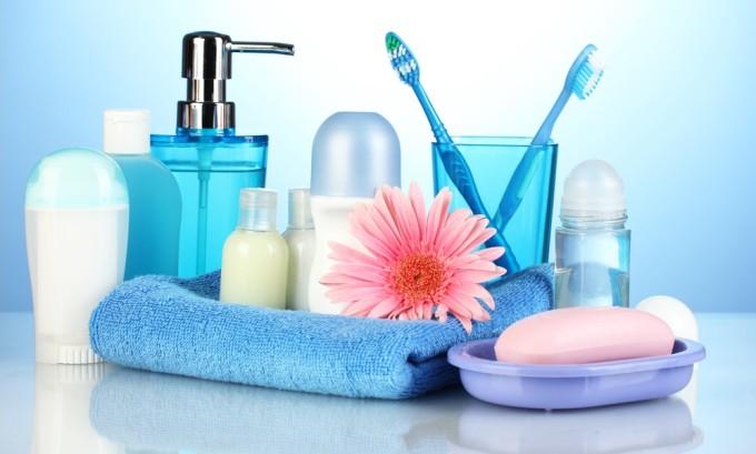Если на одной жилплощади проживают инфицированные люди, то следует пользоваться разной посудой и косметическими средствами, полотенца должны быть разными и висеть на некотором удалении друг от друга