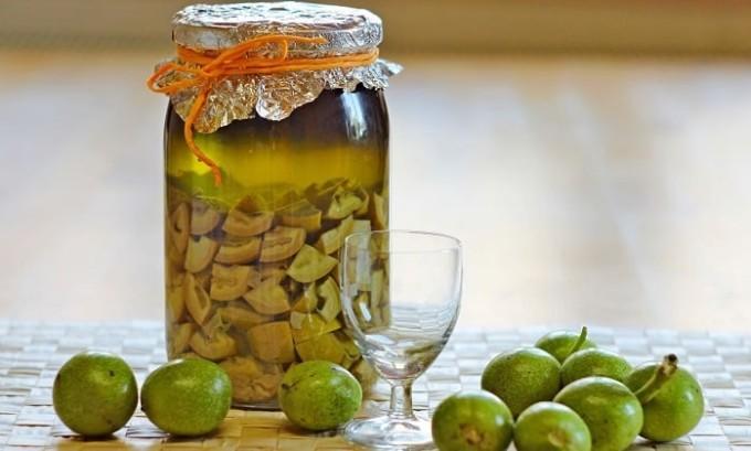 Эффективным средством считается настойка из зеленых грецких орехов